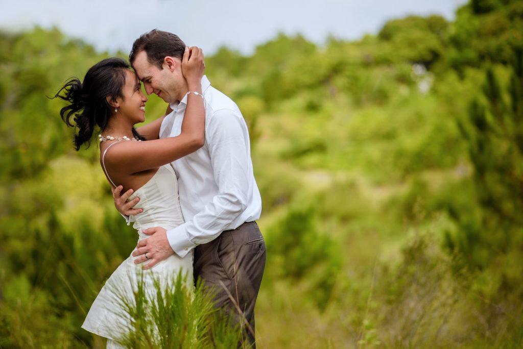 Joyeux couple amoureux français malagasy, post wedding des mariés par Tianaina, photographe professionnel mariage