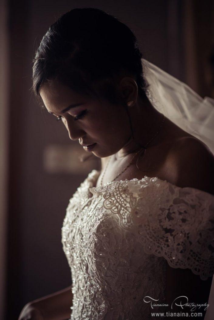 Préparation de la mariée par le photographe de mariage Tianaina