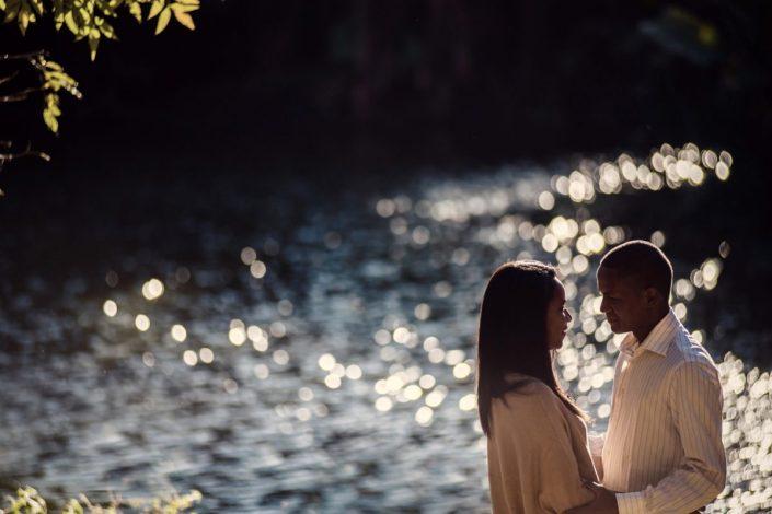 couple amoureux près du lac, fiançailles par photographe malgache Tianaina