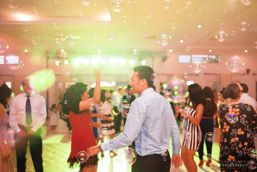 machines à bulles et machines à fumée très prisées lors de la danse lors de la réception